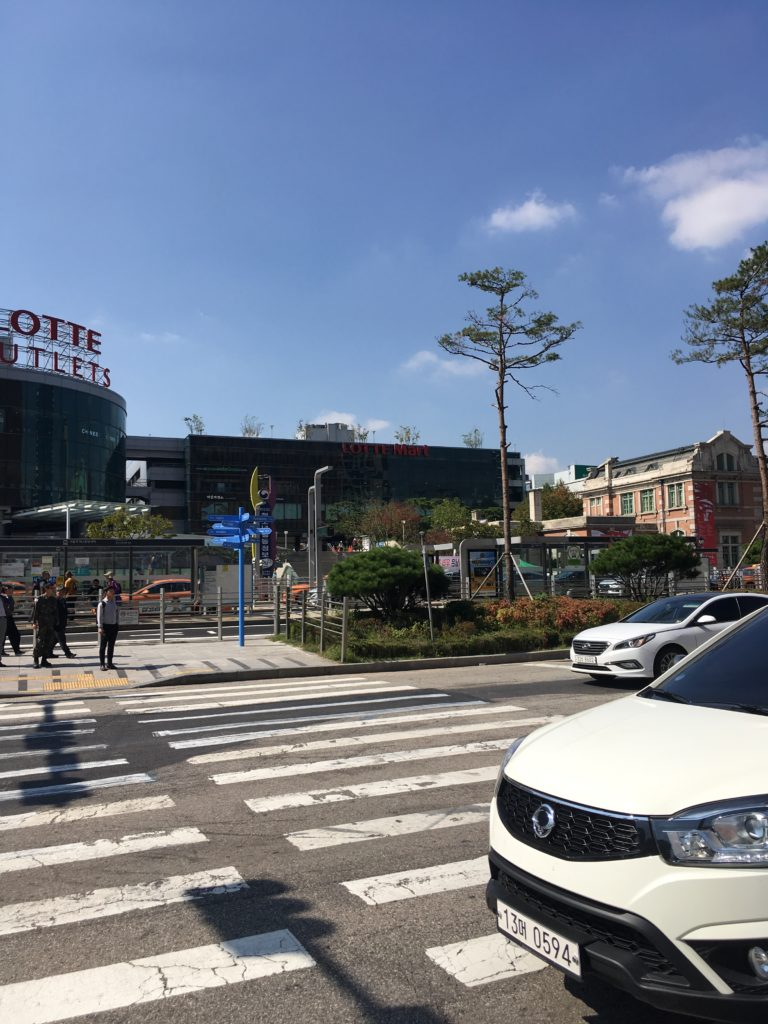ソウル駅にあるスーパーロッテマートとアウトレット写真