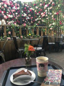 弘大のおしゃれカフェで食べたチョコブラウニータルトとコーヒーの写真