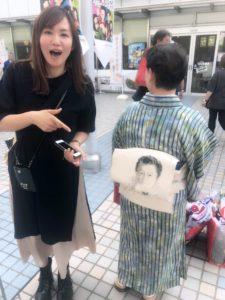 桑田佳祐さんのお顔が描かれた着物の帯の写真