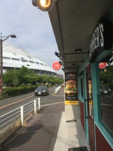 バーガーショップ前から名古屋ドームを撮った写真