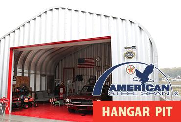 格納庫を思わせるアメリカンスチールスパン社製のコルゲートタイプガレージ